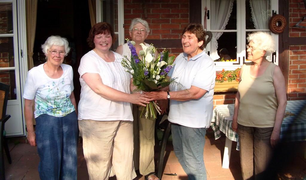 Ein Blumenstrauß vom Vorstand als Anerkennung für die Vorsitzende