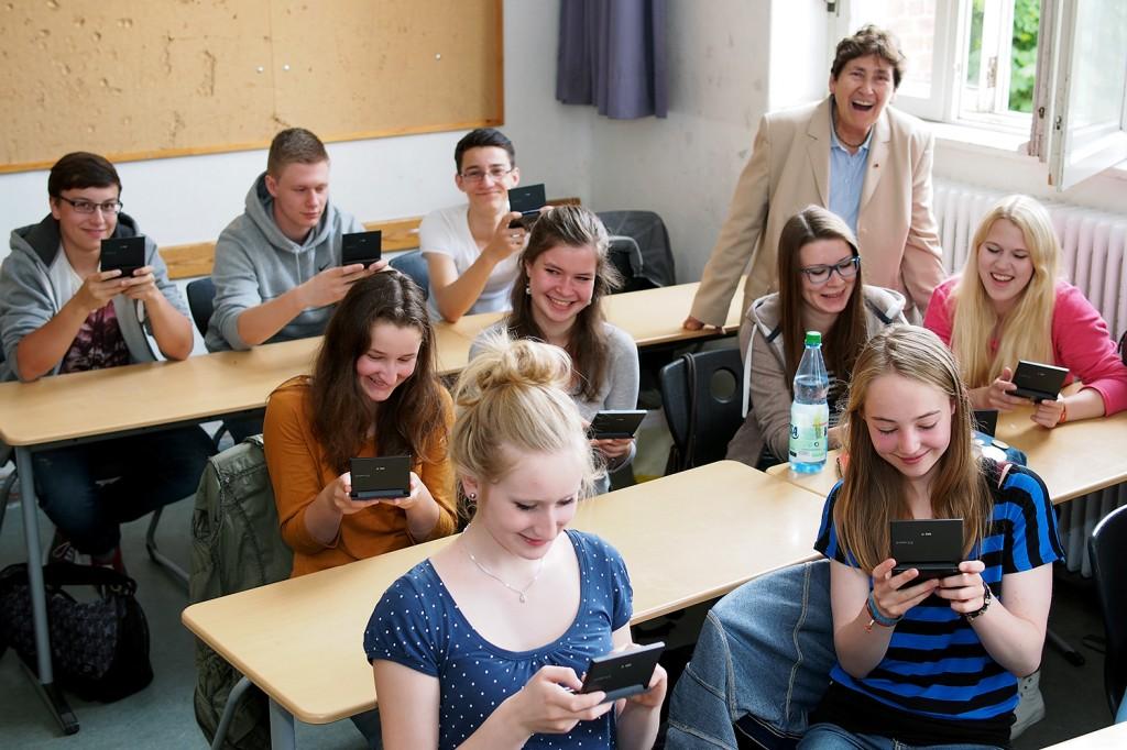 Ausnahmsweise nicht beim Kurznachrichten senden: Schüler beim Ausprobieren der neuen elektronischen Wörterbücher